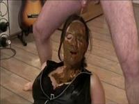 Deutsche Amateur Girl Schlampe lässt sich ins Gesicht scheissen und trinkt Pisse