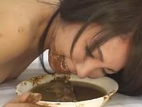 Junge Japanierin schluckt Kotze und frisst Scheisse mit schön viel Pisse